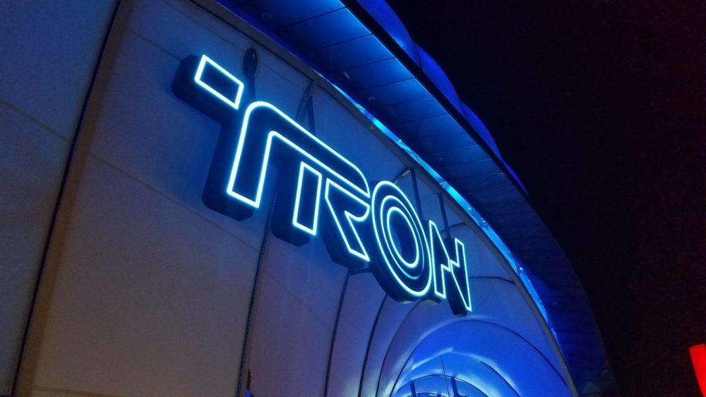 上海ディズニーのアトラクション「トロン」は怖い?酔う?時速100kmの世界最速は伊達じゃない