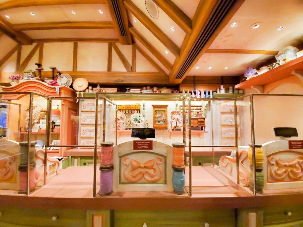 ビレッジショップスは購入不可だけどグッズ展示だけでも見る価値アリ!!雰囲気の異なる3つの店舗