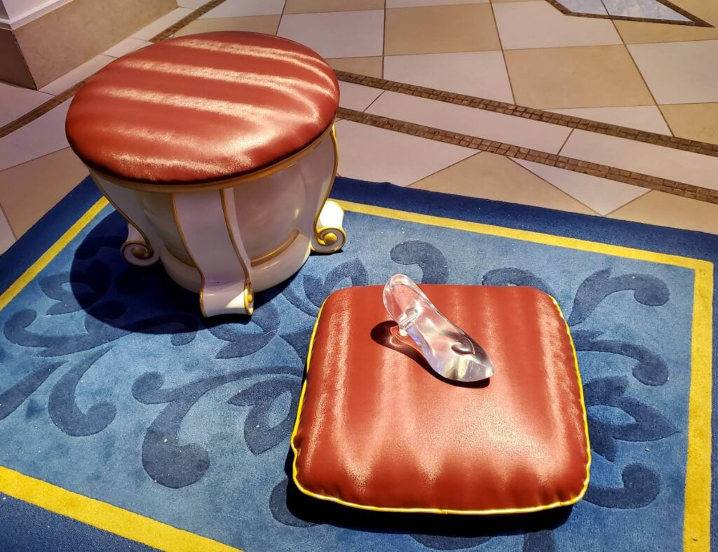フェアリーテイルホールのインスタ映えスポットと上手に写真を撮る方法 ガラスの靴