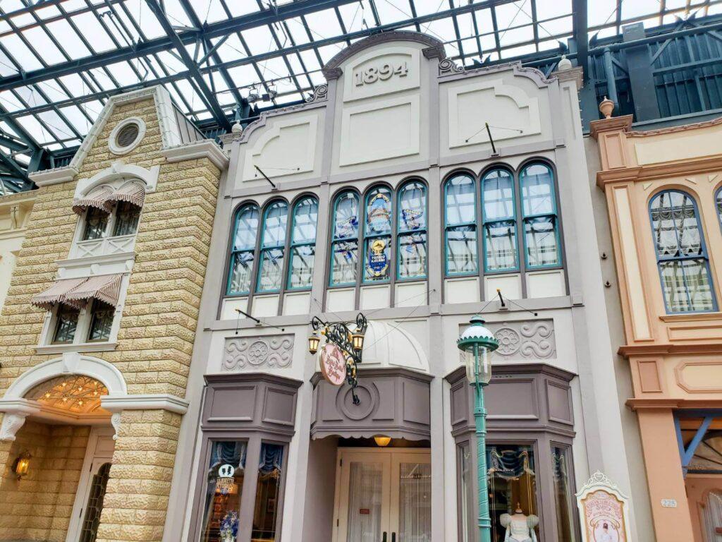 【TDL】ワールドバザールに刻まれた東京ディズニーリゾートにゆかりのある3人の名前 高橋政知