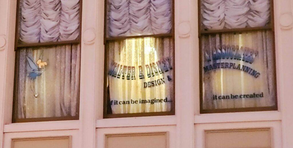 【TDL】ワールドバザールに刻まれた東京ディズニーリゾートにゆかりのある3人の名前 ウォルトディズニー